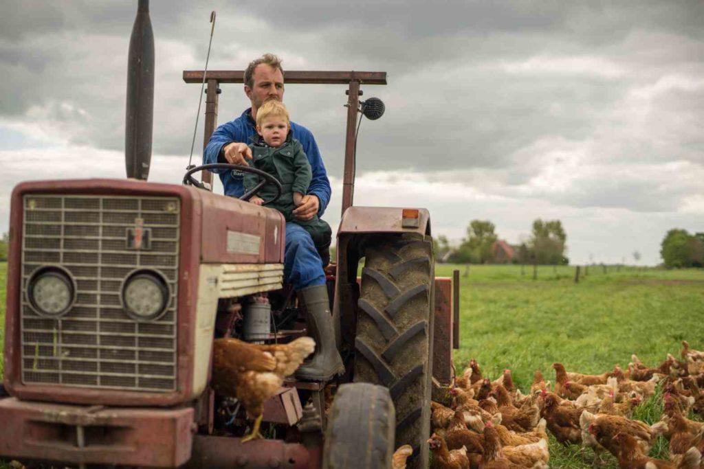 Bart en Lutzen op de tractor mei 2017_1575x1050